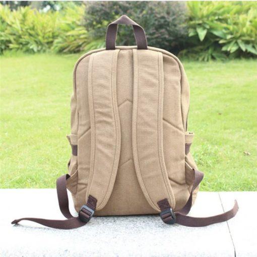 На картинке рюкзак Атака Титанов, вид сзади.