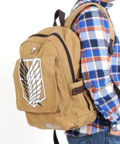 На картинке рюкзак Атака Титанов с Крыльями свободы, общий вид.