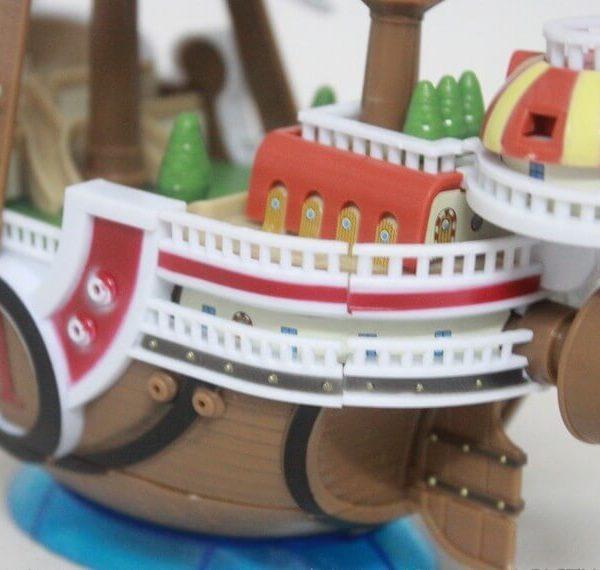 На картинке корабль Луффи Саузенд Санни (Ван пис), детали.