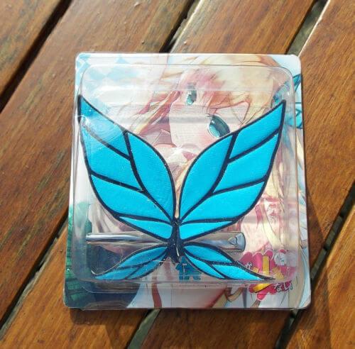 На картинке заколка бабочка Сэны (У меня мало друзей), вид в упаковке.