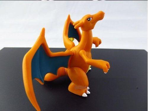 На картинке фигурка покемона Чаризарда (Покемон), вид сбоку.