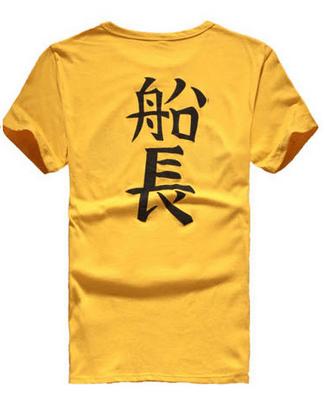 На картинке футболка Ван пис, вид сзади.
