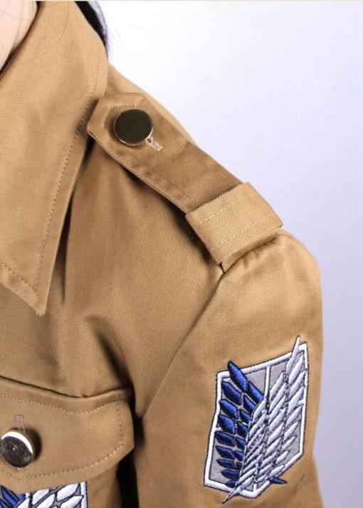 На картинке куртка Атака Титанов, детали.