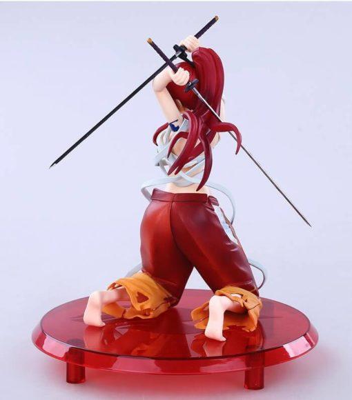 На картинке фигурка Эльзы из аниме Хвост феи, вид сзади.