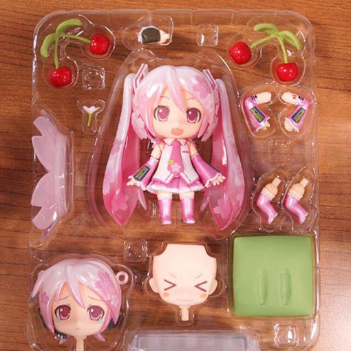 На картинке фигурка нендроид Хатсуне Мику (Japanese cherry), вид спереди в упаковке.