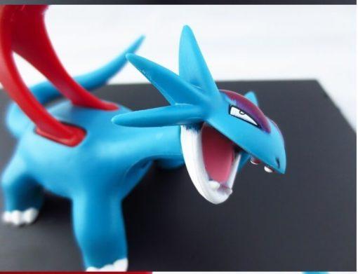 На картинке фигурка покемона Саламенса (Покемон), детали.