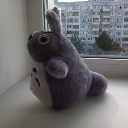 На картинке мягкая игрушка Тоторо (Totoro), вид сбоку.