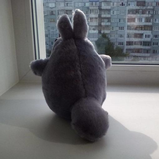 На картинке мягкая игрушка Тоторо (Totoro), вид сзади.