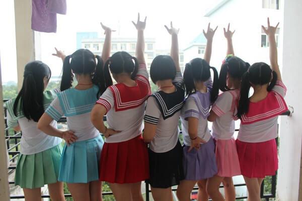 На картинке японская школьная форма с коротким рукавом (7 цветов), вид сзади.
