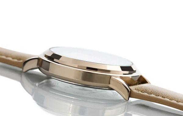 На картинке наручные часы «Sword Art Online», цвет бежевый.