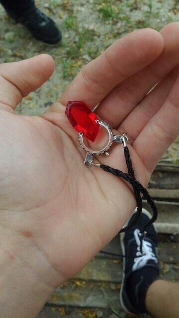 На картинке кулон Данте Devil May Cry 5 (2 варианта), цвет красный.
