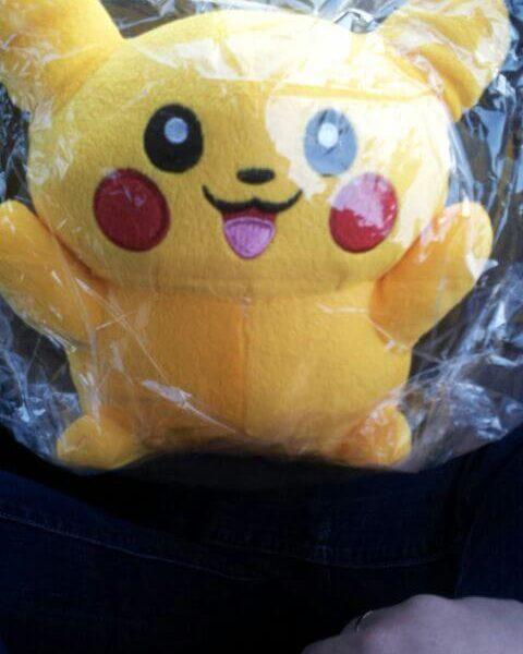 На картинке мягкая игрушка Пикачу (Покемон), вид спереди.