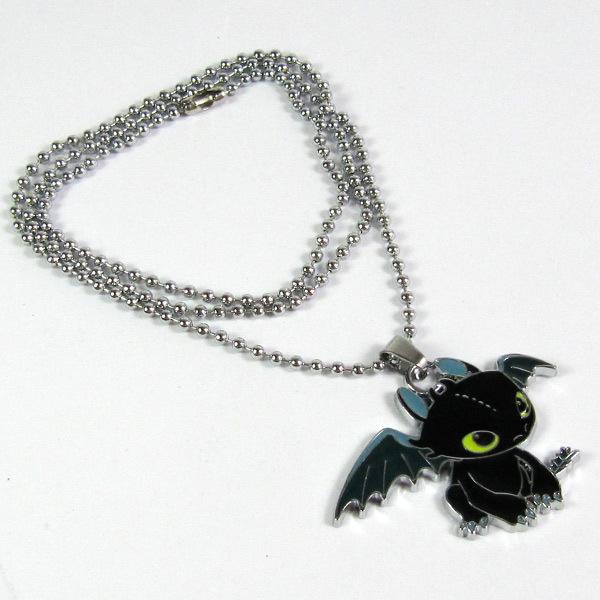 На картинке кулон «Беззубик» (Как приручить дракона).