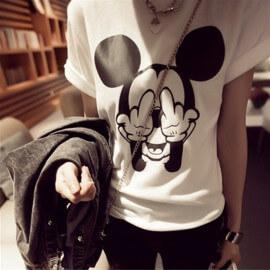 На картинке футболка Микки Маус показывает факью (женская), вид спереди.