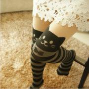 На картинке полосатые колготки с кошками, общий вид.