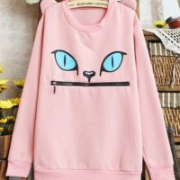 На картинке толстовка-свитшот кошка с ушками, вид спереди, цвет бледно-розовый.