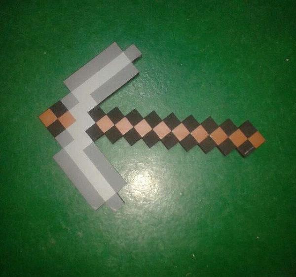 На картинке кирка из Майнкрафт (Minecraft) — 2 варианта, вариант Серый.
