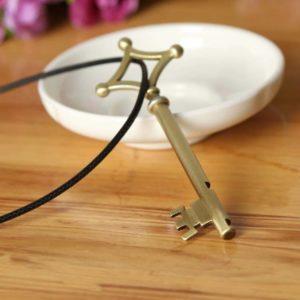 На картинке кулон ключ Эрена (Атака титанов).