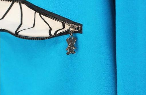 На картинке толстовка-свитшот кошка с ушками, детали, цвет голубой.