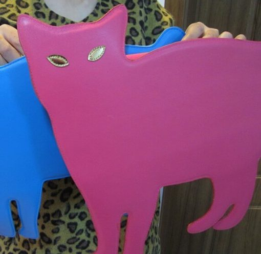 На картинке сумка-клатч кошка (6 вариантов), вид спереди, цвет ярко-розовый.