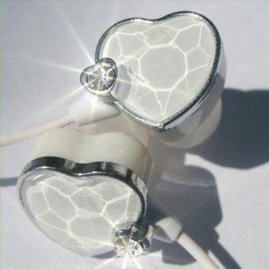 На картинке наушники сердце (сердечко) (3 варианта), цвет белый, крупный план.