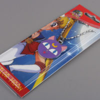 На картинке кулон Луна из Сейлормун (Sailor Moon), общий вид в упаковке.