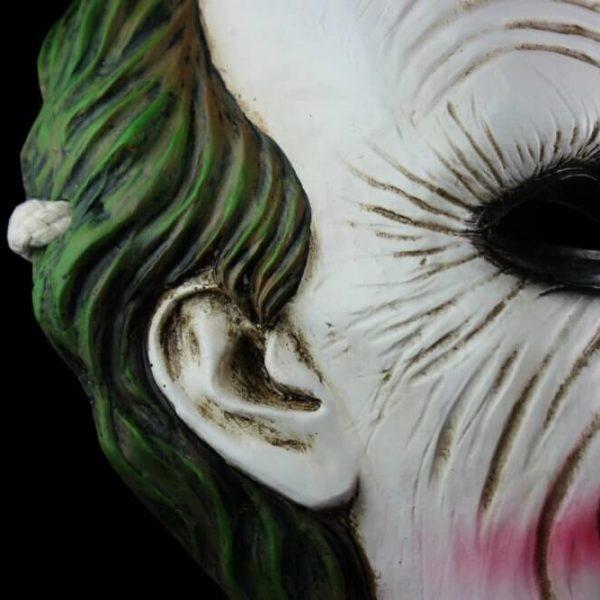 На картинке маска Джокера, детали.