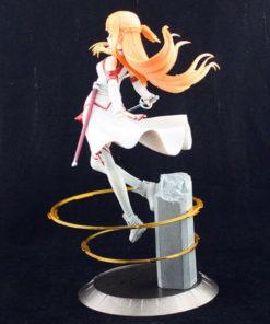 На картинке фигурка Асуна Sword Art Online (SAO), вид сбоку.