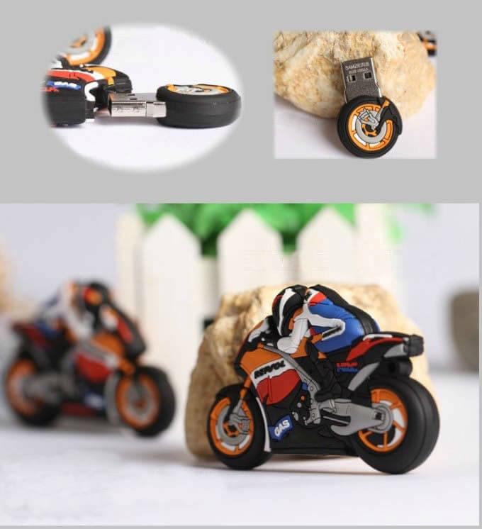 На картинке флешка в виде мотоцикла, вид с разных сторон.