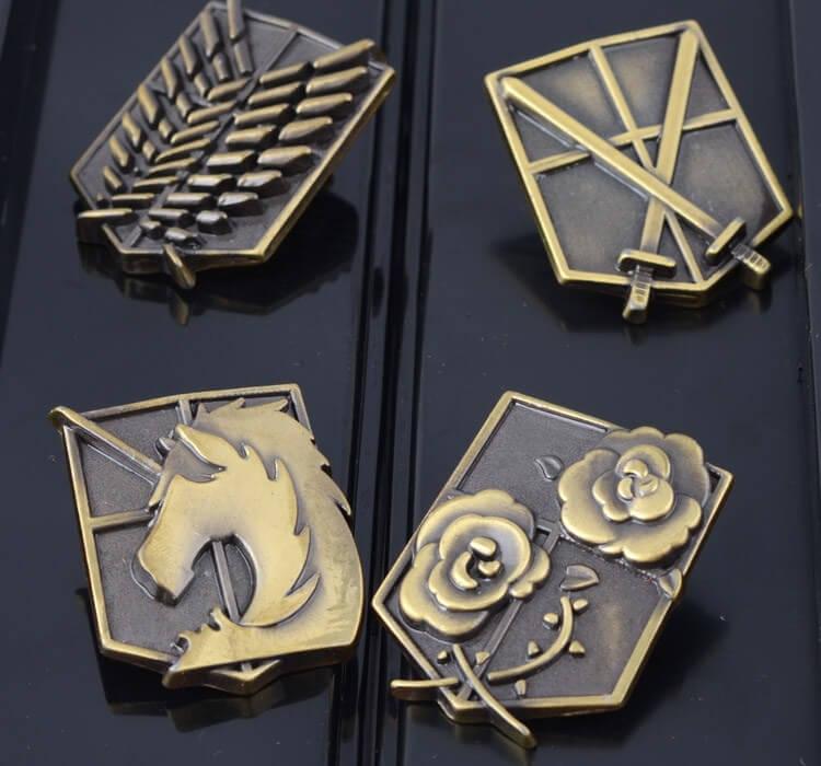 На картинке набор Атака титанов (6 предметов), значки.