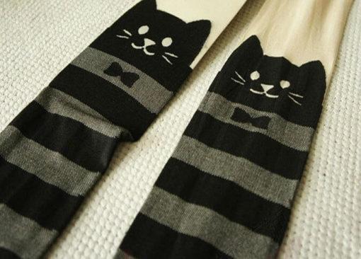 На картинке полосатые колготки с кошками, детали.