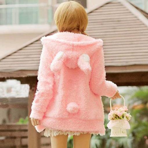 На картинке толстовка заяц с ушками (ушами) на капюшоне, вид сзади, цвет розовый.