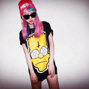 На картинке футболка с Бартом Симпсоном «Simpsons», вид спереди, цвет черный.