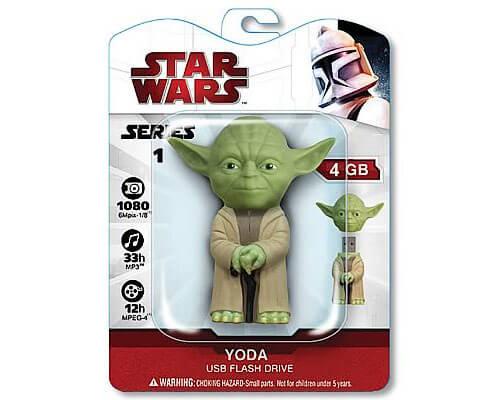 На картинке флешка Йода из Звездных Войн (Star Wars), вид спереди в упаковке.