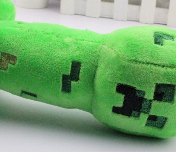 На картинке мягкая игрушка Крипер из Майнкрафт (Minecraft CREEPER), детали.
