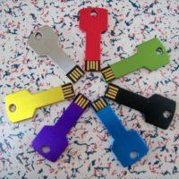 На картинке флешка в форме ключа (7 цветов).