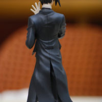 На картинке фигурка Себастьяна Темный дворецкий (Kuroshitsuji), вид сзади.