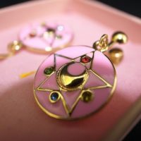 На картинке серьги Сейлор мун (Sailor moon), детали.