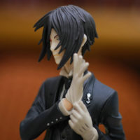 На картинке фигурка Себастьяна Темный дворецкий (Kuroshitsuji), детали.