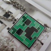 На картинке кулон «Крипер» из игры Майнкрафт (Minecraft), крупный план.