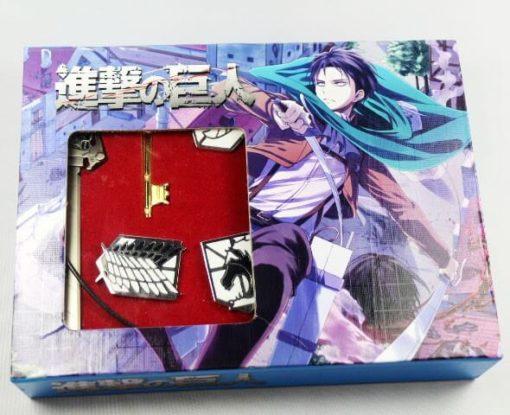 На картинке набор значков Атака Титанов, вид в упаковке.