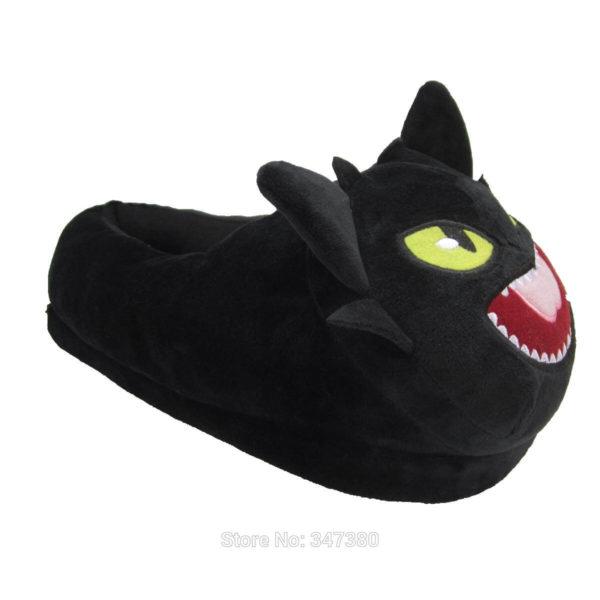 На картинке домашние тапочки игрушка Беззубик (Как приручить дракона), вид сбоку.
