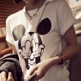 На картинке футболка Микки Маус показывает факью (женская), общий вид.