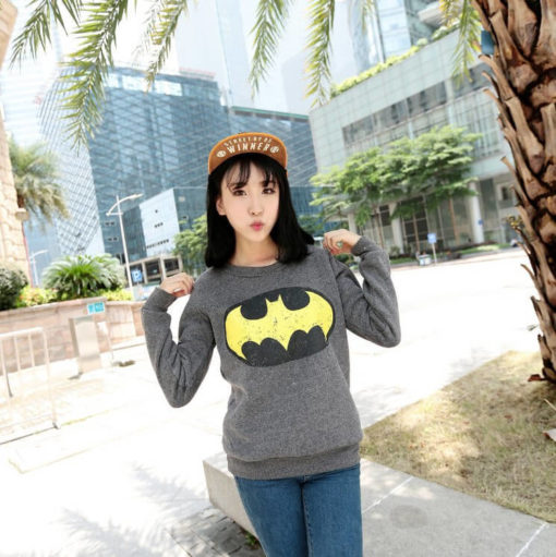 На картинке толстовка Бэтмен женская (2 варианта), вид спереди, цвет серый.