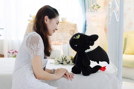 На картинке мягкая игрушка дракон Беззубик (Как приручить дракона), вид сбоку.