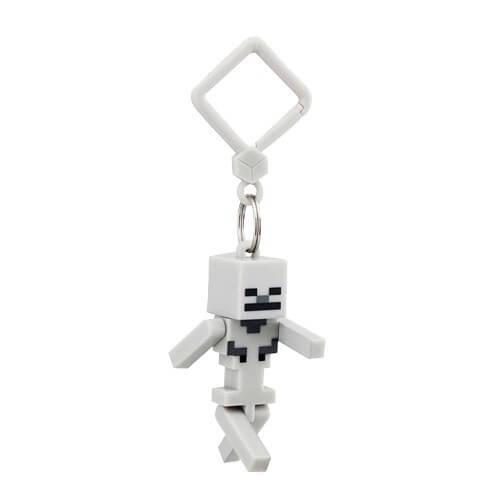 На картинке фигурка-брелок Скелет из Майнкрафт (Minecraft).