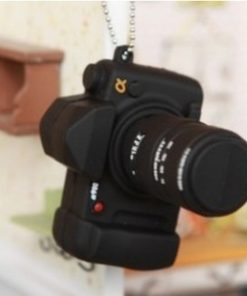 На картинке флешка в виде фотоаппарата Nikon, общий вид.