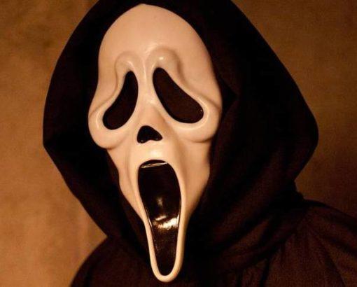 На картинке маска из фильма Крик, вид спереди.