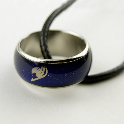 На картинке кольцо-хамелеон Фейри тейл (Хвост феи), крупный план.