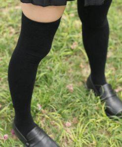 На картинке черные гольфы выше колена, общий вид.